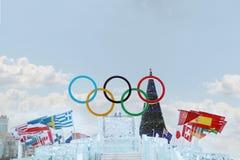 PERMANENTE, RÚSSIA - 6 DE JANEIRO DE 2014: Símbolo grande dos Jogos Olímpicos no gelo t Fotos de Stock Royalty Free