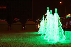 PERMANENTE, RÚSSIA - 11 DE JANEIRO DE 2014: Tre verde iluminado do Natal do gelo Imagens de Stock Royalty Free