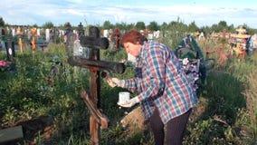 Permanente, Rússia - 13 de julho 2016: A mulher pinta uma cruz de madeira vídeos de arquivo