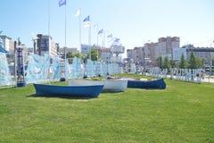 PERMANENTE, RÚSSIA - 11 DE JUNHO DE 2013: Canteiros de flores na forma dos barcos Fotografia de Stock