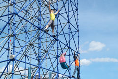PERMANENTE, RÚSSIA - 13 DE JUNHO DE 2013: Figuras que escalam no quadro Imagens de Stock
