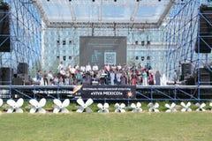 PERMANENTE, RÚSSIA - 11 DE JUNHO DE 2013: Grande grupo de pessoas no palco principal Imagens de Stock