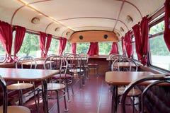 PERMANENTE, RÚSSIA - 11 DE JUNHO DE 2013: Interior do café do ônibus de dois andares Fotos de Stock Royalty Free