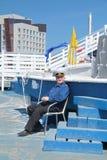 PERMANENTE, RÚSSIA - 11 DE JUNHO DE 2013: O homem no capitão uniforme senta-se Fotografia de Stock