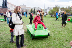 Permanente, Rússia - 9 de maio 2016: As crianças sentam-se no tanque do brinquedo Fotos de Stock