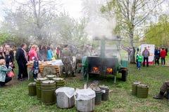 Permanente, Rússia - 9 de maio 2016: Cozinha de campo com um papa de aveia militar Fotos de Stock