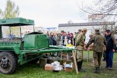 Permanente, Rússia - 9 de maio 2016: Cozinha de campo com um papa de aveia militar Foto de Stock Royalty Free