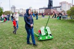 Permanente, Rússia - 9 de maio 2016: Crianças e adultos Fotografia de Stock