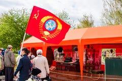 Permanente, Rússia - 9 de maio 2016: Povos com uma bandeira de União Soviética Foto de Stock