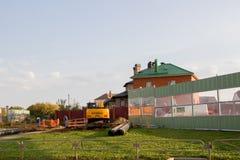 Permanente, Rússia - 26 de setembro 2016: Máquina escavadora que trabalha em torno do Fotos de Stock Royalty Free