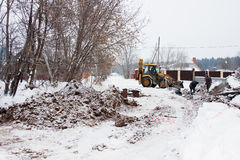 PERMANENTE, RÚSSIA, O 16 DE DEZEMBRO 2015: máquina escavadora que trabalha em um canteiro de obras no setor privado Fotografia de Stock Royalty Free