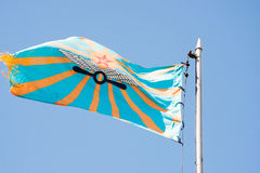 PERMANENTE, RÚSSIA, O 4 DE JULHO 2015: Bandeira de levantamento da aviação Fotografia de Stock Royalty Free