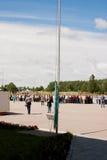 PERMANENTE, RÚSSIA, O 4 DE JULHO 2015: Levantamento de uma bandeira, boa vinda grande dos veteranos Imagens de Stock Royalty Free
