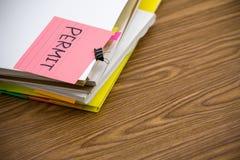 Permesso; Il mucchio dei documenti di affari sullo scrittorio fotografia stock