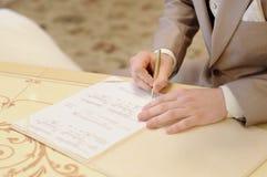 Permiso de matrimonio de firma del novio Imagenes de archivo