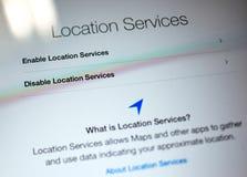 Permita o inhabilite los servicios de ubicación de Apple en cálculo de la tableta del iPad imagenes de archivo