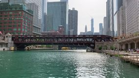 Permuta a piedi e taxi dell'acqua su ed accanto al Chicago River stock footage