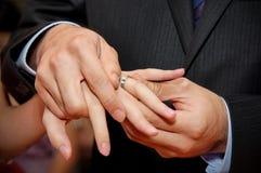 Permuter des bagues de fiançailles Image stock