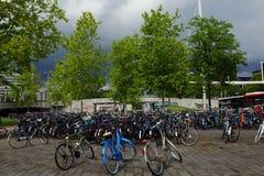 Permutez le stationnement de bicyclette dans le paysage urbain photographie stock libre de droits