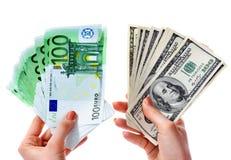 Permutez les dollars à l'euro argent dans la main femelle. photo stock