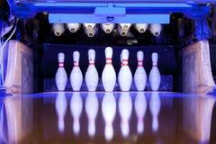 Perni di bowling pronti ad essere abbattuto sulla pista Fotografie Stock Libere da Diritti