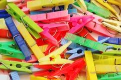 Perni di vari colori organizzati come priorità bassa Immagini Stock