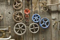 Perni e maniglie sul portello di granaio Fotografie Stock
