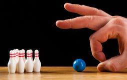 Perni e palla da bowling di bowling in miniatura Fotografie Stock