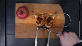 Pernice arrostita sulla griglia Il cuoco presenta su un tagliere video d archivio