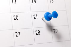 Perno blu sul calendario Fotografie Stock