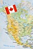 Perno de la bandera de Canadá en mapa Imágenes de archivo libres de regalías
