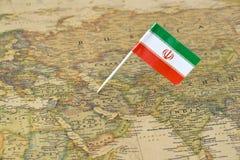 Perno de la bandera de Irán en mapa Imagen de archivo libre de regalías