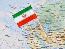 Perno de la bandera de Irán en mapa Imagenes de archivo