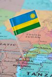 Perno de la bandera de Rwanda en mapa fotos de archivo