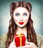 Perno de la belleza encima de la muchacha con la caja de regalo de vacaciones Imagen de archivo libre de regalías