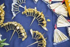 Perno de pelo hecho a mano de la flor del oro del estilo tailandés tradicional Imagenes de archivo