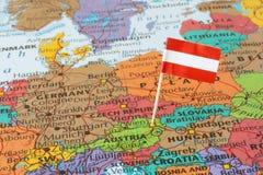 Perno della bandiera dell'Austria sulla mappa Fotografia Stock