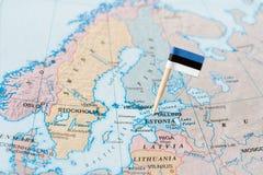 Perno della bandiera dell'Estonia sulla mappa Fotografia Stock Libera da Diritti