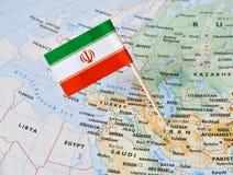 Perno della bandiera dell'Iran sulla mappa Immagini Stock