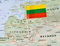 Perno della bandiera della Lituania sulla mappa Fotografie Stock Libere da Diritti