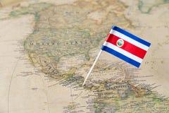 Perno della bandiera di Costa Rica sulla mappa di mondo fotografia stock libera da diritti