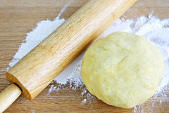 Perno di rotolamento e pasta del biscotto Immagine Stock
