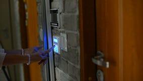 Perno entrante della donna sulla tastiera dell'allarme di sicurezza domestica archivi video