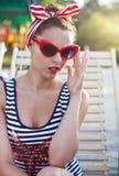 Perno hermoso encima de la muchacha cerca de la piscina Imagen de archivo libre de regalías