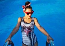 Perno hermoso encima de la muchacha cerca de la piscina Fotos de archivo