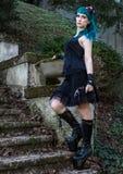 Perno hermoso joven encima de la muchacha del encanto con el pelo del color verde, alto Foto de archivo