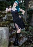 Perno hermoso joven encima de la muchacha del encanto con el pelo del color verde, alto Fotos de archivo