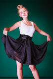 Perno joven precioso encima de la muchacha en vestido retro Fotos de archivo libres de regalías