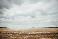 Perno mobile di irrigazione che innaffia un campo Immagine Stock Libera da Diritti