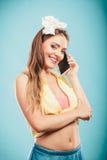 Perno retro encima de la muchacha que habla en el teléfono móvil Imágenes de archivo libres de regalías